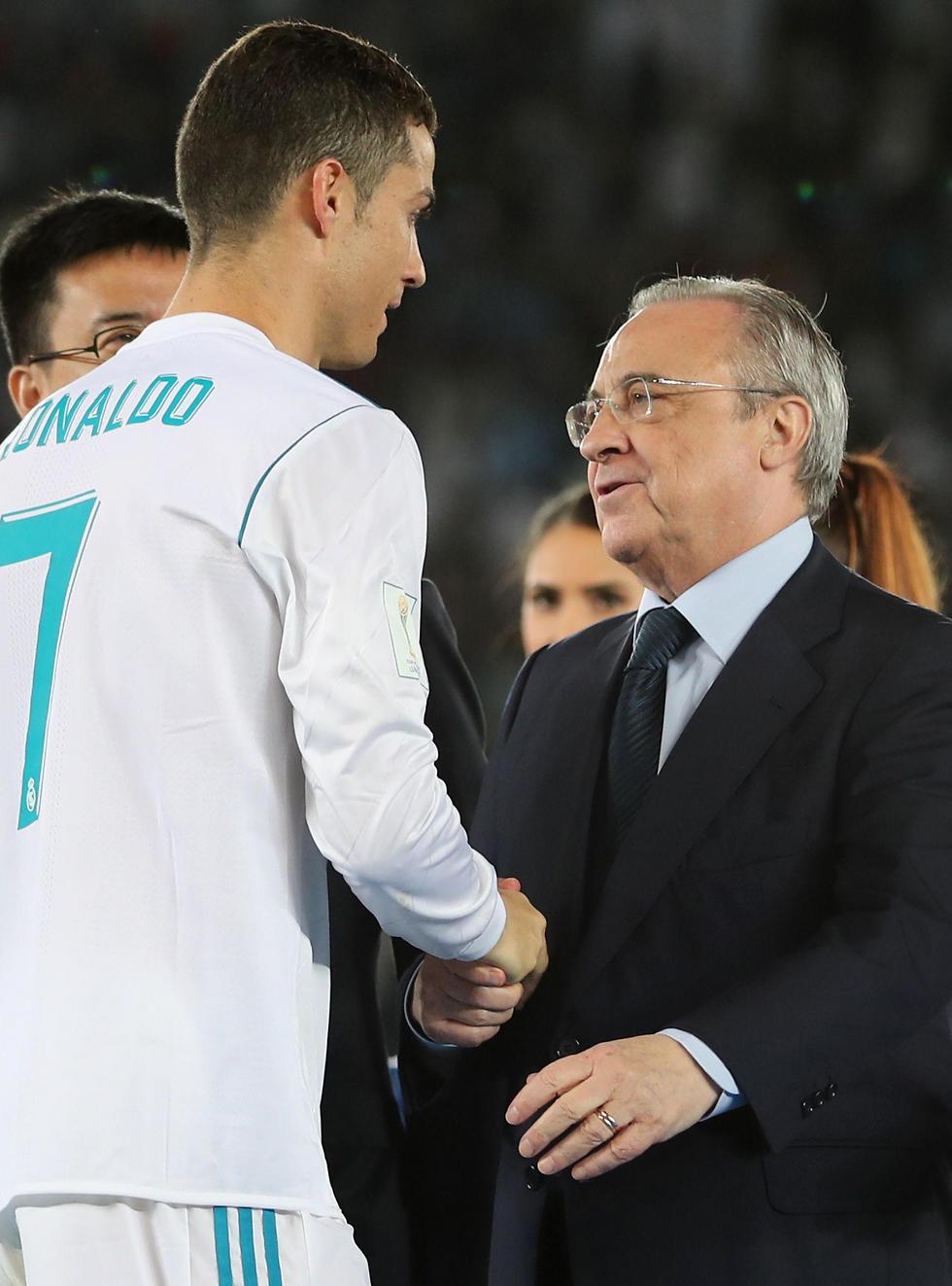 פרס עם רונאלדו. הנשיא קפא (צילום: AFP) (צילום: AFP)
