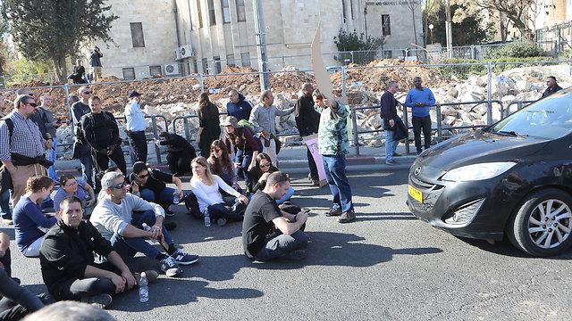 עובדי טבע מוחים בירושלים, הבוקר (צילום: אלכס קולומויסקי) (צילום: אלכס קולומויסקי)