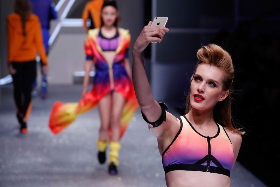 סלפי על המסלול. שבוע האופנה בסין (צילום: AP)