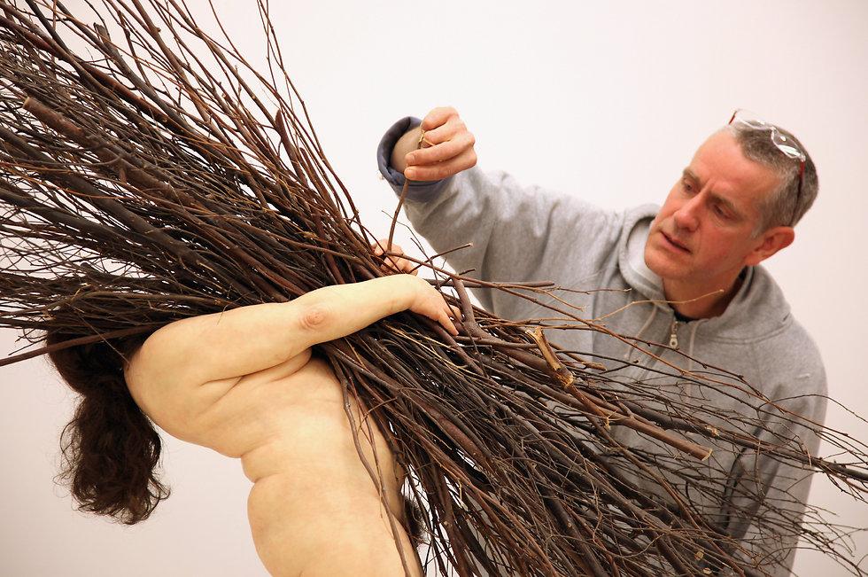 רון מיואק ליד עבודתו  (צילום: Gettyimages) (צילום: Gettyimages)