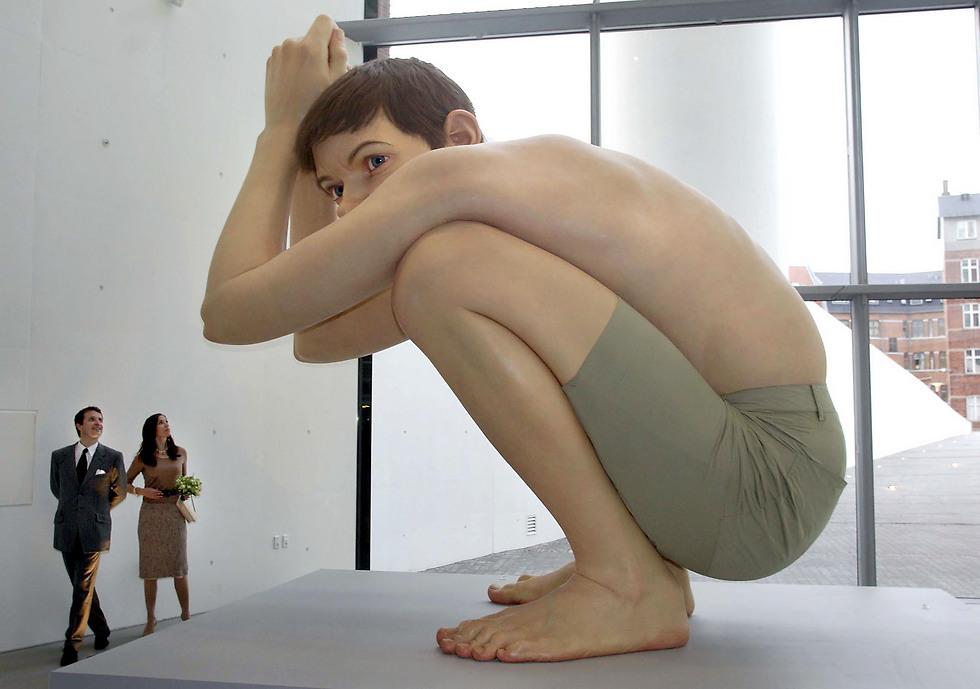 """פסל הענק הראשון שלו """"Boy"""" (צילום: AP) (צילום: AP)"""