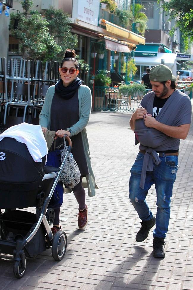 משפחה מהסרטים. ורד פלדמן עם הבעל סזר ביגר והתינוקת אמיליה (צילום: מוטי לבטון)