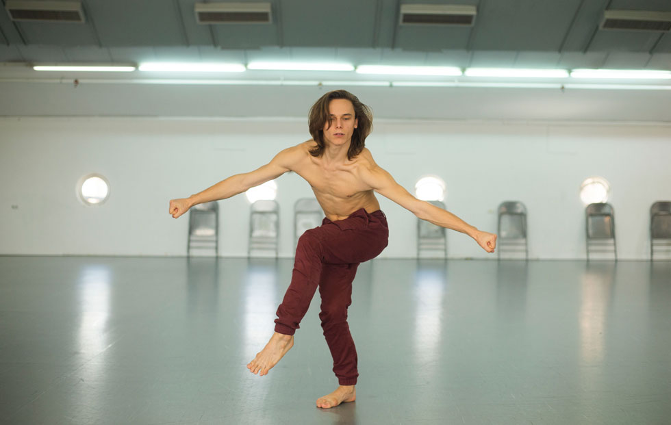 """אקסלרד באולם החזרות. """"שגרת החיים של רקדן היא משעממת. אין לנו חיים, אבל אני אומר את זה בגאווה"""" (צילום: יובל חן)"""