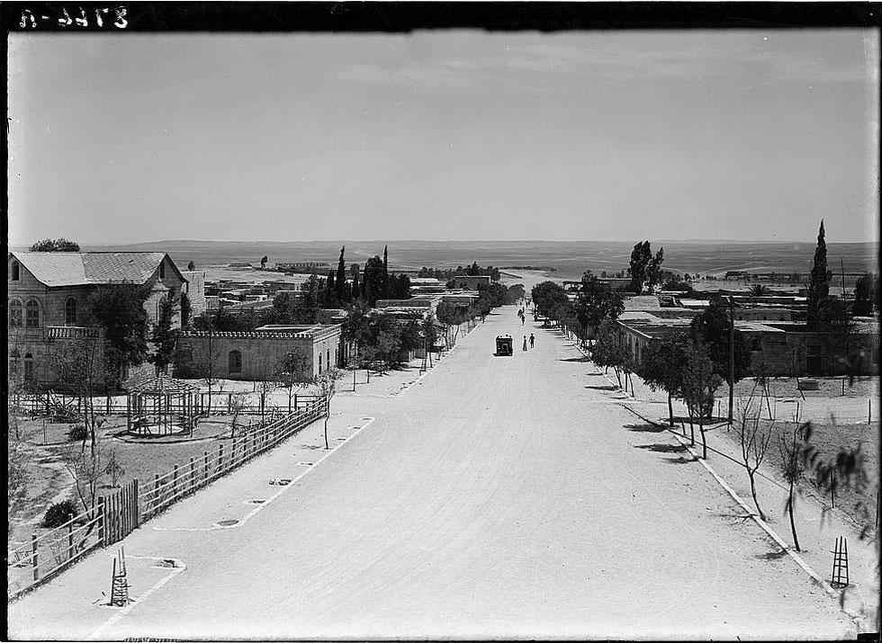 כך הוא נראה בימי הטורקים והמנדט הבריטי. לא במקרה מוקמו בהמשך הרחוב בסיס פיקוד דרום ותחנת המשטרה הראשית, ומאות בתי עסק נפתחו סביבו (צילום: Library of Congress, Prints & Photographs Division, LC-DIG-matpc-03788)