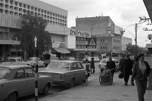 חנות ''המשביר'' הייתה הכלבו הראשי, וקולנוע שביט בעומק התמונה הקרין סרטים מסביב לשעון. נטוש ומטונף כבר שנים (צילום: דוד רובינגר)