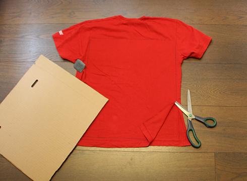 סימון מלבן על כל חולצה, בגב ובבטן וגזירה (צילום: נעם רוזנברג)