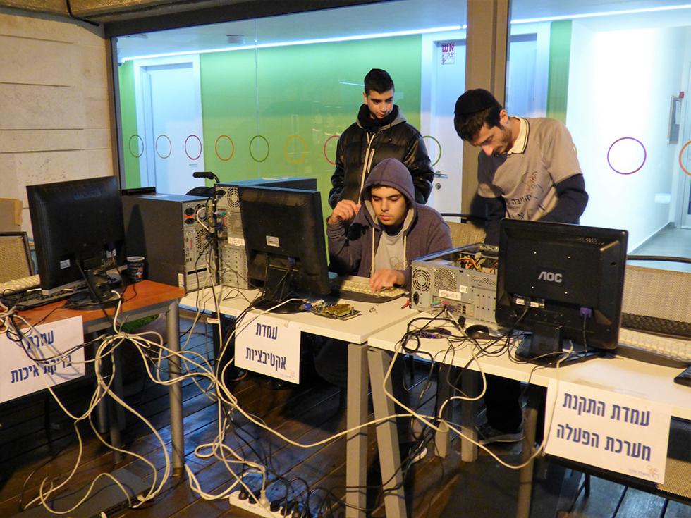 הנוער של המעבדה משמיש את המחשבים למשפחות ()