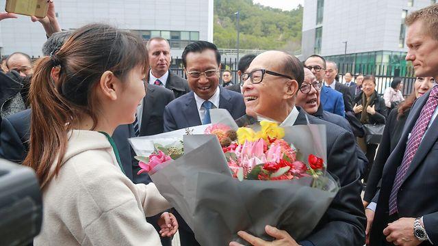 לי קא שינג מקבל פרחים בטקס (צילום : Chen Shi) (צילום : Chen Shi)
