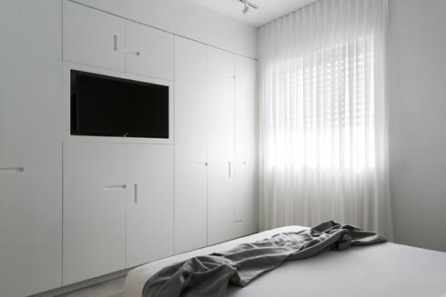 ארונות גדולים ומסך מול המיטה (צילום: שירן כרמל)
