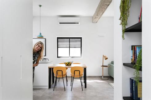 המעצבת בדירה המשופצת (צילום: שירן כרמל)