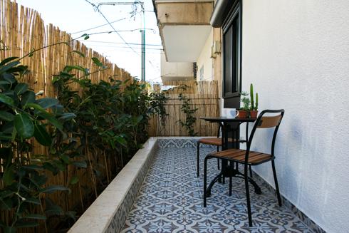ואחרי. פינת ישיבה קטנה, אדניות וגדר ממסכת מהרחוב (צילום: שירן כרמל)