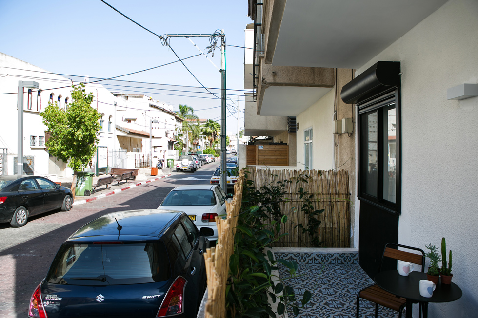 המרפסת הפונה לרחוב נמצאת סוף סוף בשימוש. ''מרגש לראות את ההשפעה הרבה שיש למרחב נעים למחיה על נפש האדם'', מסכמת טמקין (צילום: שירן כרמל)