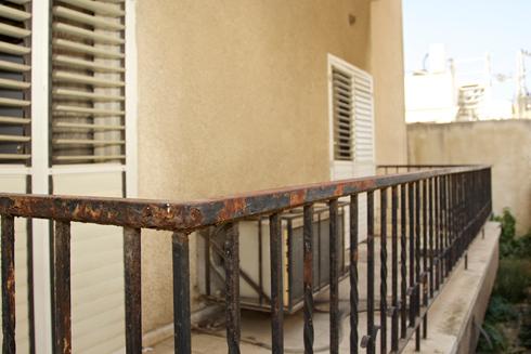 המרפסת לפני השיפוץ. חשופה מדי, לא נעימה ולא בשימוש (צילום: דניאל אברהם)