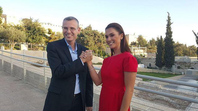 שר התיירות יריב לוין ושיר אלמליח במהלך צילומי הקמפיין החדש בי-ם ()