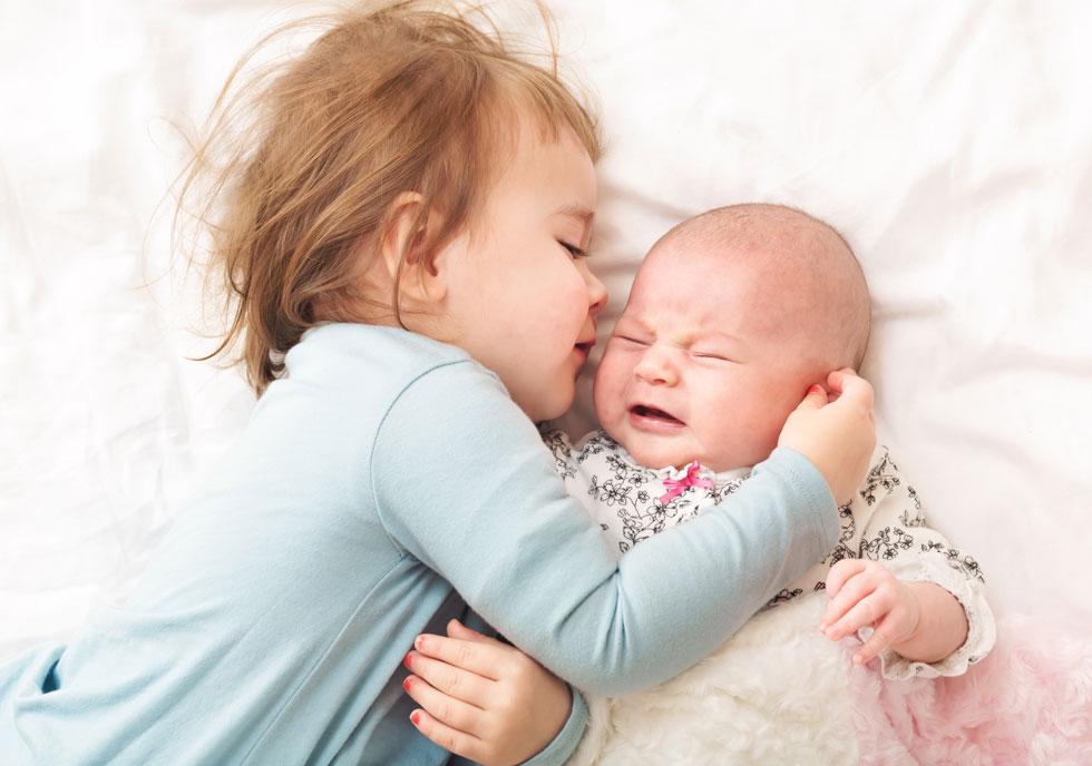 """""""יש תינוק בבית שגונב ממנה את כל הפוקוס, נמצא רוב שעות היום על הידיים של אמא או אבא ולמרות כל התכנונים יש באופן טבעי פחות זמן אליה"""". צילום אילוסטרציה (צילום: Shutterstock)"""