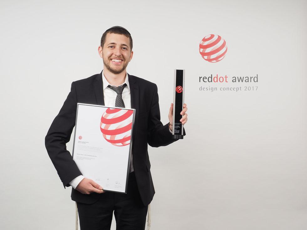 עם הפרס בידו. העיצוב נבחר על פני אלפי הצעות שהוגשו. כרגע פרנץ משלב בין עבודה בסטודיו לבין לימודים בישיבה, ועם סיום לימודיו הוא מתכוון לעסוק בעיצוב (צילום: Red Dot Award: Design Concept)