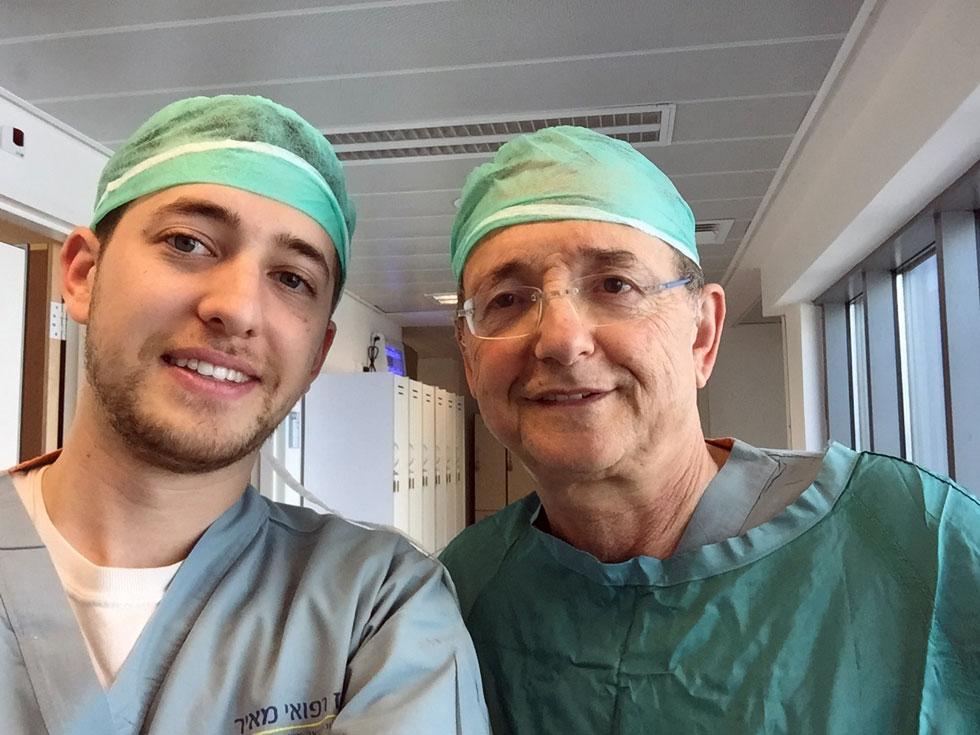 רון פרנץ (משמאל) ואביו, ד''ר יוסף פרנץ, מנתח ומנהל יחידת הרשתית בבית החולים מאיר. ללא טיפול יכולות מחלות רשתית להוביל לעיוורון, אלא שרוב מנתחי העיניים הטובים נמצאים במערב. פיתוח הרעיון של פרנץ עשוי לאפשר לכל אדם לעבור ניתוח בשליטה מרחוק (צילום: רון פרנץ)
