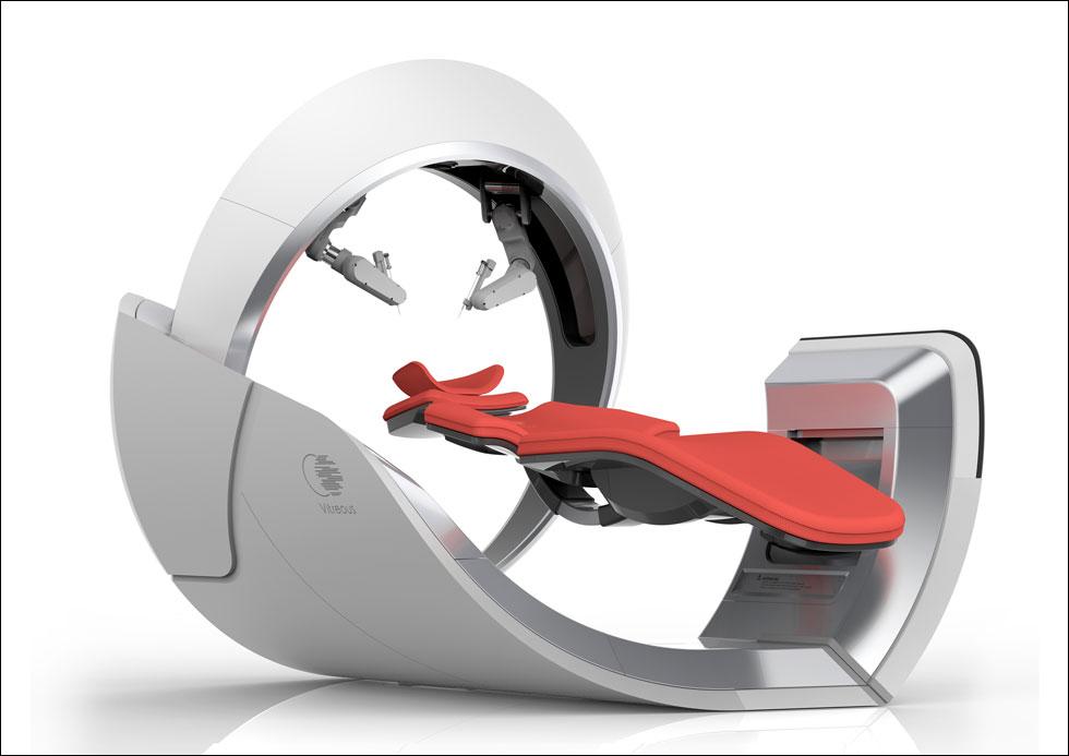 הדמיה של VITREOS - מערכת שמורכבת משני חלקים: קונסולה שתהיה בידיו של המומחה המנתח, ומיטת ניתוח עם זרועות רובוטיות. הטכנולוגיה העכשווית מאפשרת ביצועים מדויקים גם בשלט רחוק, וההצעה הועברה למשרדו של המדען הראשי (הדמיה: רון פרנץ)