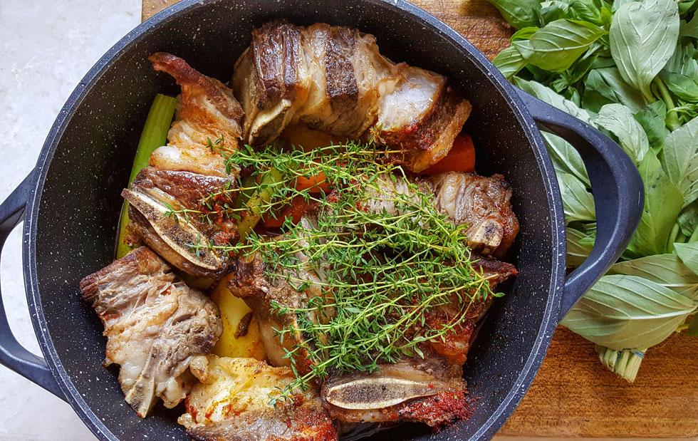 נתח עסיסי במיוחד. אסאדו בתנור עם ירקות שורש (צילום: אפרת מוסקוביץ)