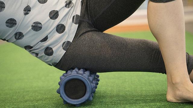 להניח את משקל הגוף על הגליל ולנוע באיטיות (צילום: shutterstock) (צילום: shutterstock)