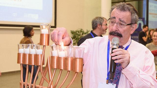 פרופ' רוברט ווינסטון מדליק נרות חנוכה (צילום: אוהד הרכס, מכון ויצמן למדע) (צילום: אוהד הרכס, מכון ויצמן למדע)