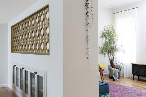 הקיר המפריד בין פינת האוכל לפינת המשפחה. בחלקו העליון המשרבייה ובחלקו התחתון ארון (צילום: שירן כרמל)