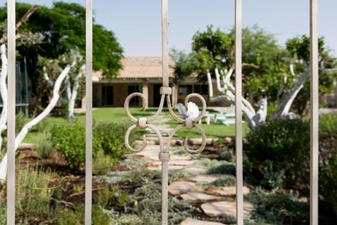 מבט דרך שער הכניסה (צילום: שירן כרמל)
