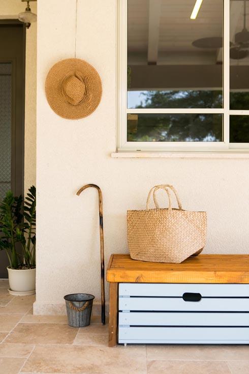 ספסל וארגז אחסון לצד דלת הכניסה  (צילום: שירן כרמל)