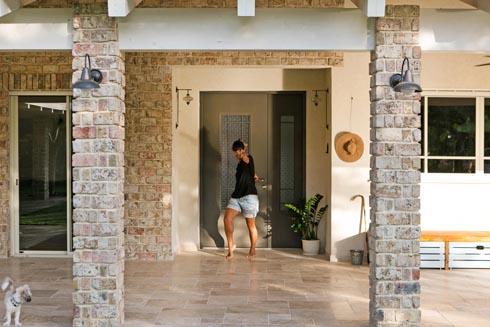 המעצבת בפתח הבית (צילום: שירן כרמל)