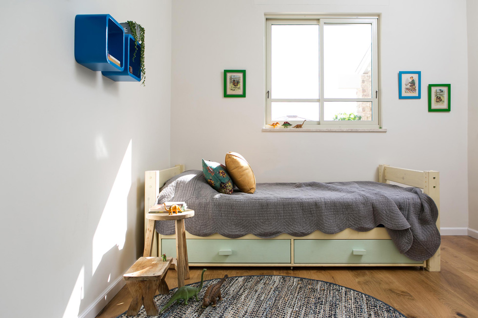 אחד משלושת חדרי הילדים בבית. קוביות כחולות משמשות כמדפים  (צילום: שירן כרמל)