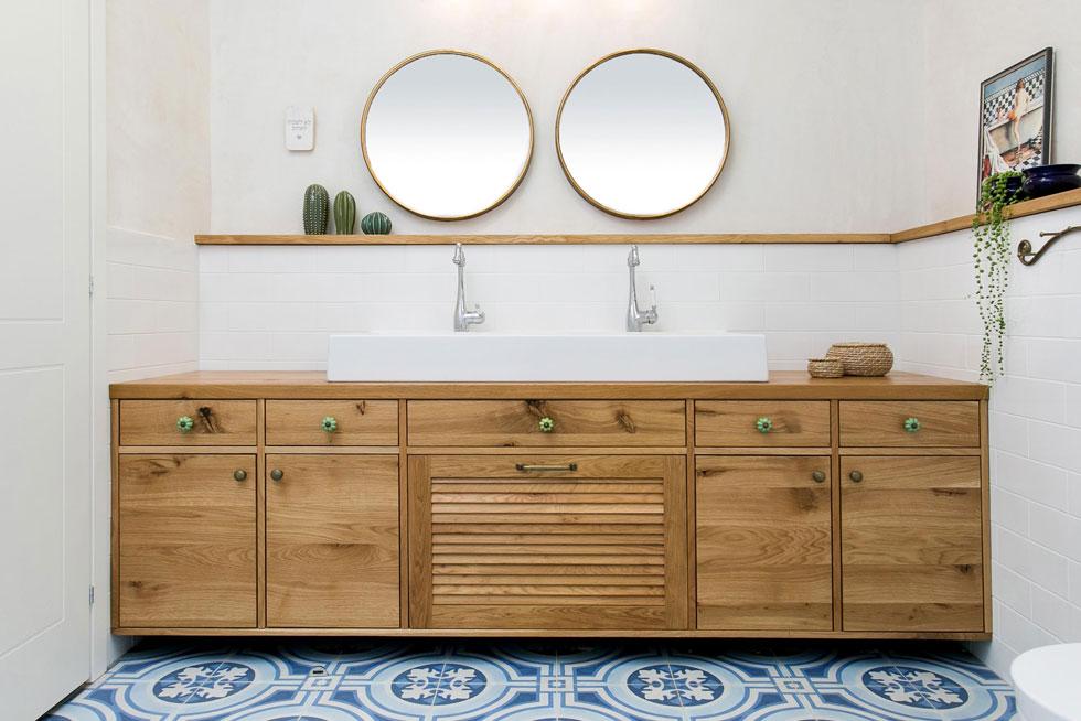 חדר הרחצה של הילדים עוצב בהשראה יוונית, עם כיור גדול במיוחד ושני ברזים (צילום: שירן כרמל)