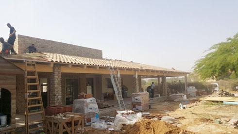 במהלך השיפוץ. הפרגולה והקיר על הגג מעניקים לבית ייחוד  (צילום: מיכל סמץ)