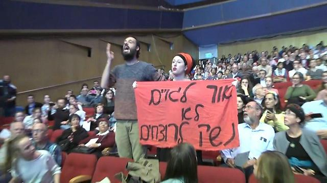 Activists heckle the prime minister (Photo: Eli Mendelbaum)