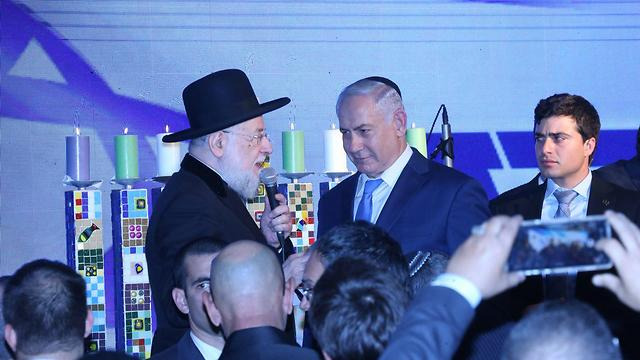 Netanyahu lights Menorah (Photo: Motti Kimchi)
