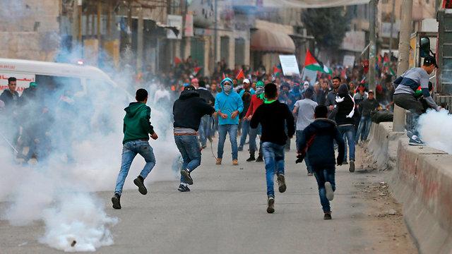 ארכיון. עימותים במחסום קלנדיה (צילום: AFP) (צילום: AFP)