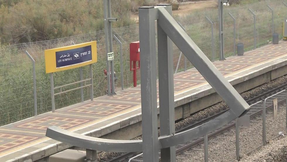 """תחנת לב המפרץ בחיפה. תחנה """"מפוספסת"""" מבחינת הפיתוח (צילום: עידו ארז) (צילום: עידו ארז)"""