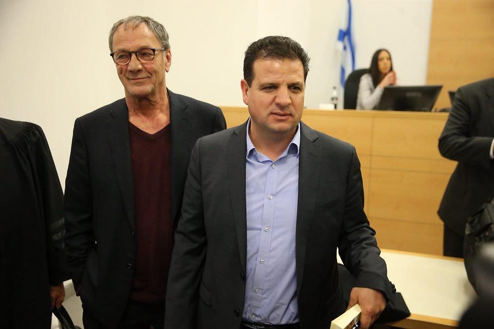 """ח""""כ איימן עודה עם במאי הסרט מוחמד בכרי בבית המשפט, היום (צילום: מוטי קמחי) (צילום: מוטי קמחי)"""