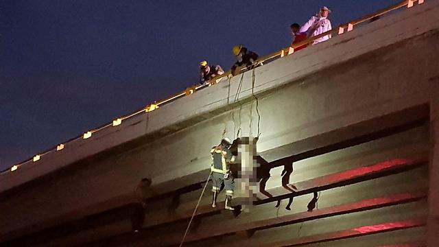 גופות תלויות מגשר במקסיקו. יותר מ-80 מקרי רצח ביום (צילום: רויטרס) (צילום: רויטרס)