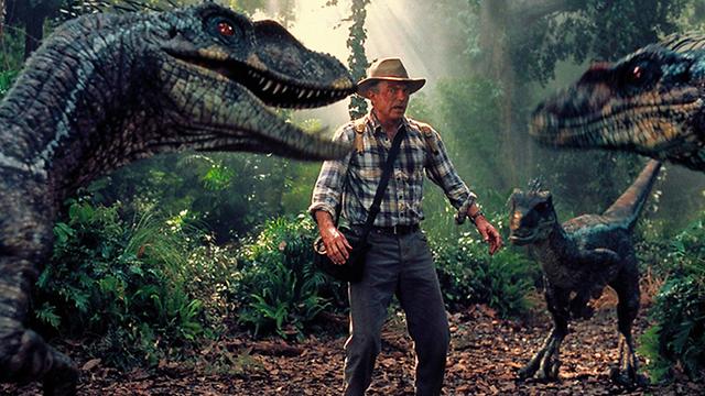 """אפשר אולי לגדל תרנגלת עם כמה תכונות של דינוזאור, אבל לא לשבט את הדבר האמיתי. מתוך """"פארק היורה"""""""