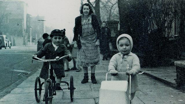 ליליאן עם אנדרו ומישל ליד ביתם בלונדון (באדיבות yes דוקו) (באדיבות yes דוקו)
