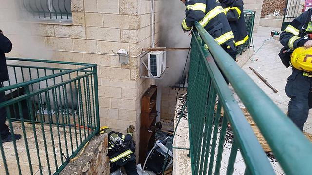 """פיצוץ בלון גז בדירה בירושלים, בדצמבר 2017 (צילום: אריק אבולוף כב""""ה מחוז י-ם) (צילום: אריק אבולוף כב"""
