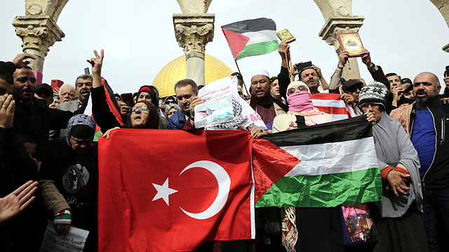 Turkish and Palestinian flags on the slopes of the Temple Mount (Photo: AP)