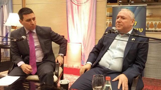 """יו""""ר הקואליציה אמסלם ומנחה הכנס אטילה שומפלבי: """"לא חושב שהמשטרה ממציאה דברים"""" (צילום: EILAT TV) (צילום: EILAT TV)"""