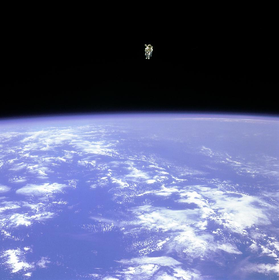 "האסטרונאוט ברוס מקנדלס בהליכת חלל (צילום: נאס""א) (צילום: נאס"