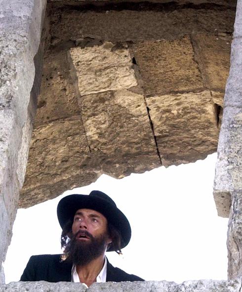 """ואן דאם בירושלים, לבוש כחרדי, בעת צילומי הסרט """"סודות המסדר"""" ב-2000. פינה חמה לישראל (צילום: AP)"""