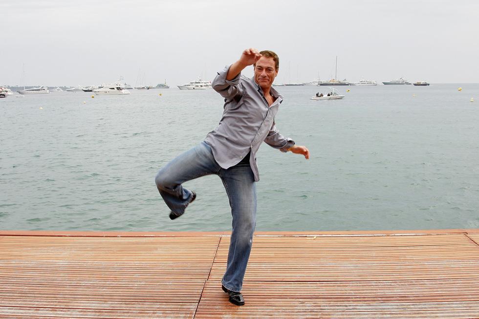 בפסטיבל קאן 2008. בזכות לימודי בלט הצליח לבצע את השפגט המפורסם, שהיה לאחד מסימני ההיכר שלו (צילום: Gettyimages)