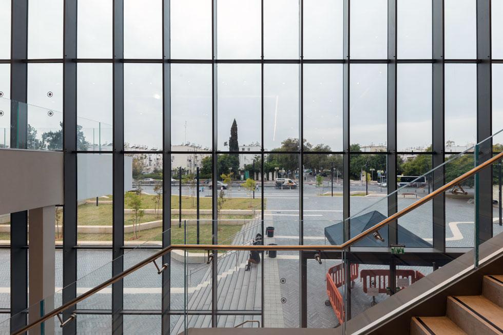 מבעד למסך הזכוכית נראית הרחבה המטופחת בחזית. 2,000 מטרים רבועים בעיצוב משרד אדריכלי הנוף צורנמל-טורנר  (צילום: טל ניסים)