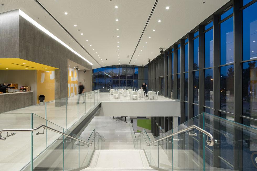 בשיפוץ אורגנו והוקמו מחדש השטחים הציבוריים הפנימיים והחיצוניים, כמו גם תשתיות הבטיחות בבניין. בקומה העליונה פועלת קפיטריה   (צילום: טל ניסים)