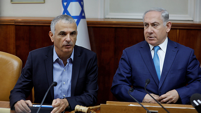 Minister Moshe Kahlon and Prime Minister Netanyahu (Photo: Reuters)