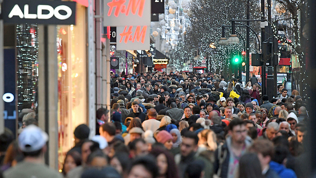 London's crowded Oxford Street (Photo: AP)